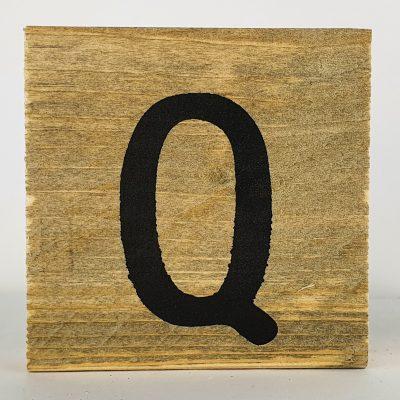 Houten letters Q